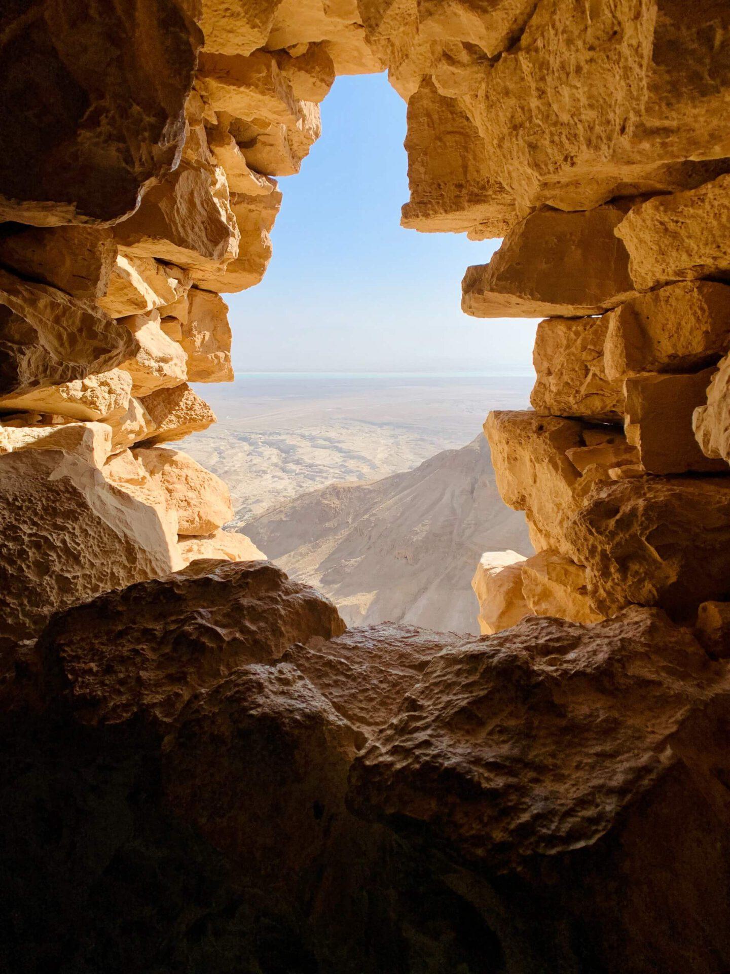 Aus einer Felshöhle heraus ein Blick in die Weite