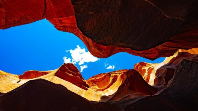 Blick aus der Tiefe einer Felsspalte hoch in den blauen Himmel